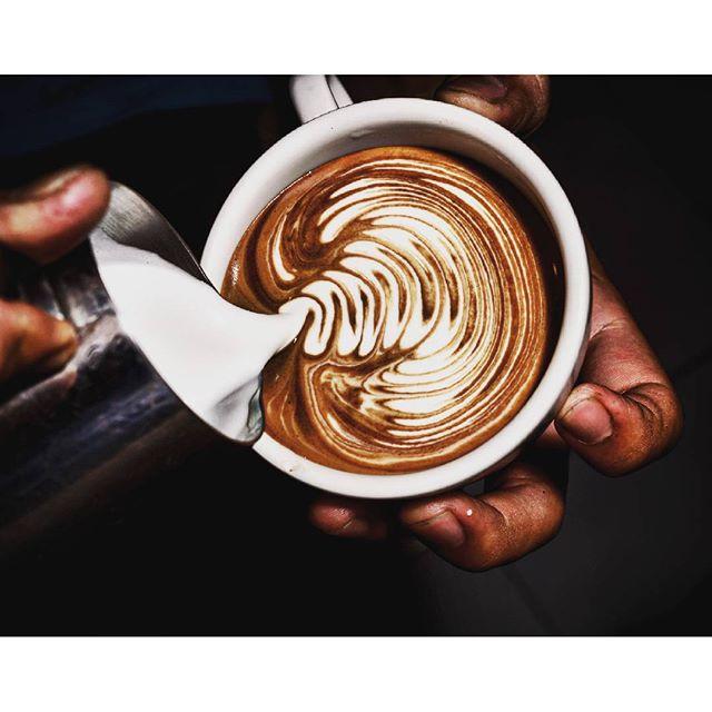 都是「濃縮咖啡」加「牛奶」,差別在比例