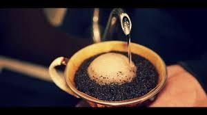 當熱水碰到咖啡粉後,二氧化碳就會先跑出來,在表面形成一層氣泡